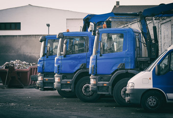 Verschiedene Transporter für Bauschutt und Abfall